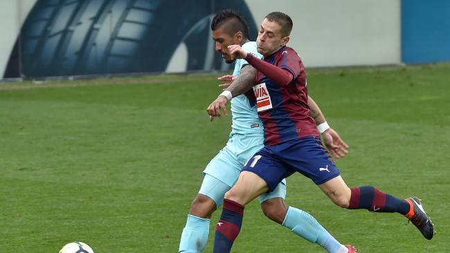 Barcelona's Brazilian midfielder Paulinho (L) vies with Eibar's Spanish midfielder Ruben Pena