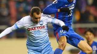 Giovanni Moreno (R) of Shanghai Shenhua competes for the ball with Luke Wilkshire of Sydney FC.