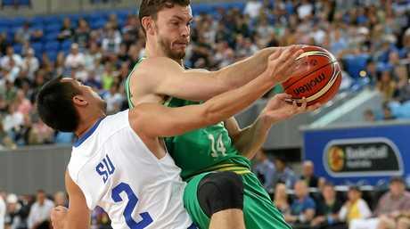 Angus Brandt grabs the rebound over I-Chieh Su.