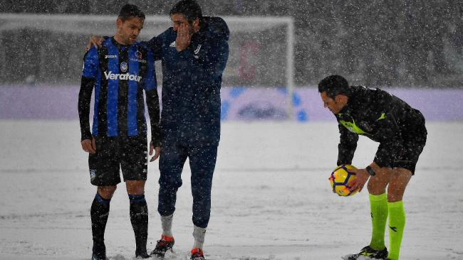 Juventus's Italian goalkeeper Gianluigi Buffon (C) and Atalanta's Brazilian defender Rafael Toloi (L) look on as Italian referee Maurizio Maiani checks the conditions