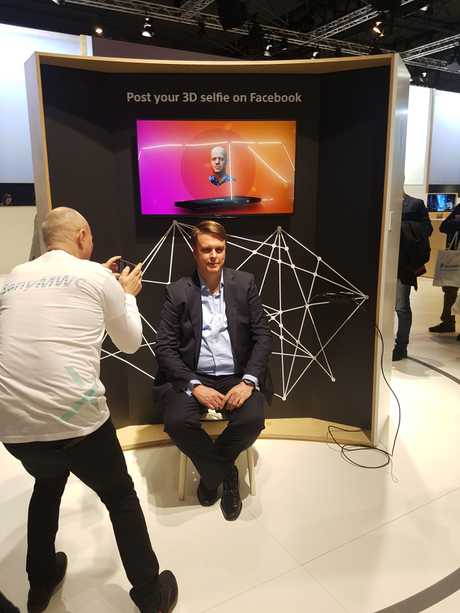Demonstrating the Xperia XZ2's 3D scanning capabilities at Mobile World Congress.