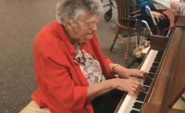 103-year-old pianist Dorothy Mason wows the residents at the Seneca Sunrise Assisted Living facility in the US.