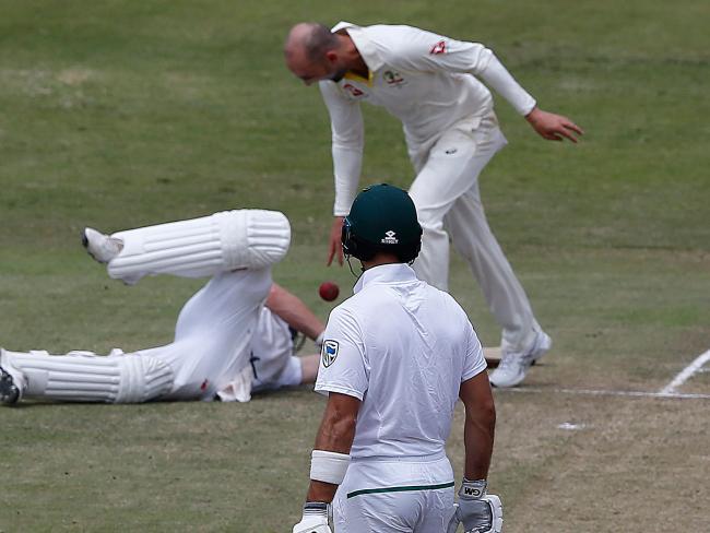Australian bowler Nathan Lyon (TOP) drops the ball on South African batsman AB de Villiers (L) after running him out.