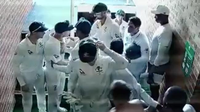 Players are forced to come between Quinton de Kock and David Warner.