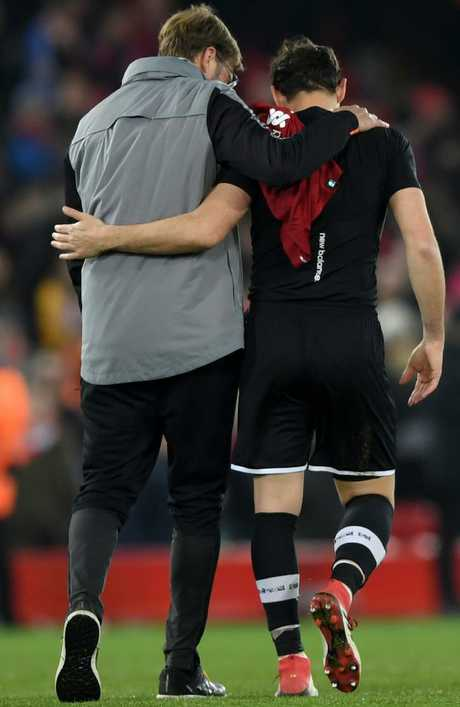 Jurgen Klopp embraces Iker Casillas of FC Porto