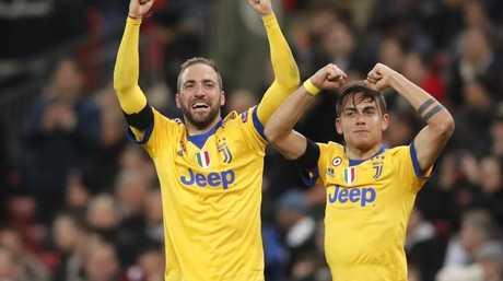 Juventus' Paulo Dybala, right, celebrates with his teammate Gonzalo Higuain