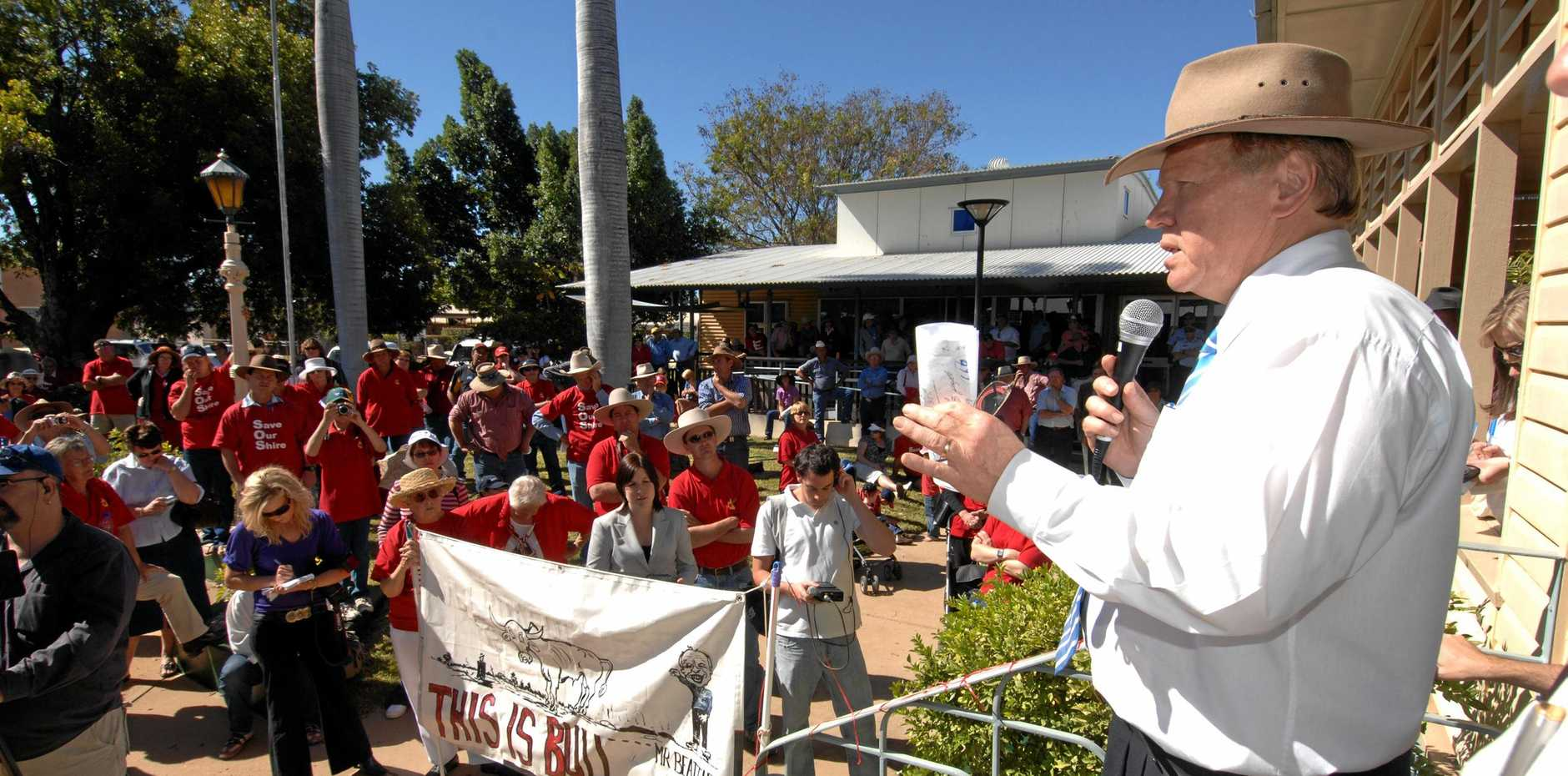 Queensland Premier Peter Beattie confronts protesters against council amalgamation outside the shire council in Barcaldine.