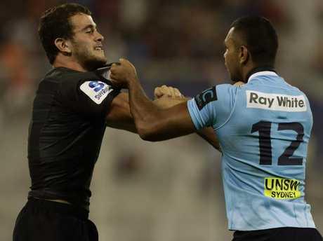 Argentina's Jaguares wing Emiliano Boffelli (L) and Australia's Waratahs centre Kurtley Beale have a wrestle.