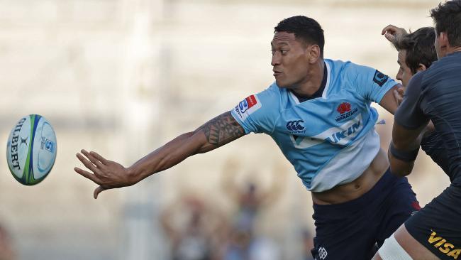 Waratahs fullback Israel Folau (L) passes the ball under the pressure of Argentina's Jaguares fly half Nicolas Sanchez (2-R) and flanker Pablo Matera (R).