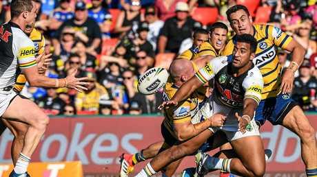 Viliame Kikau slip a pass against Parramatta. (AAP Image/Brendan Esposito)
