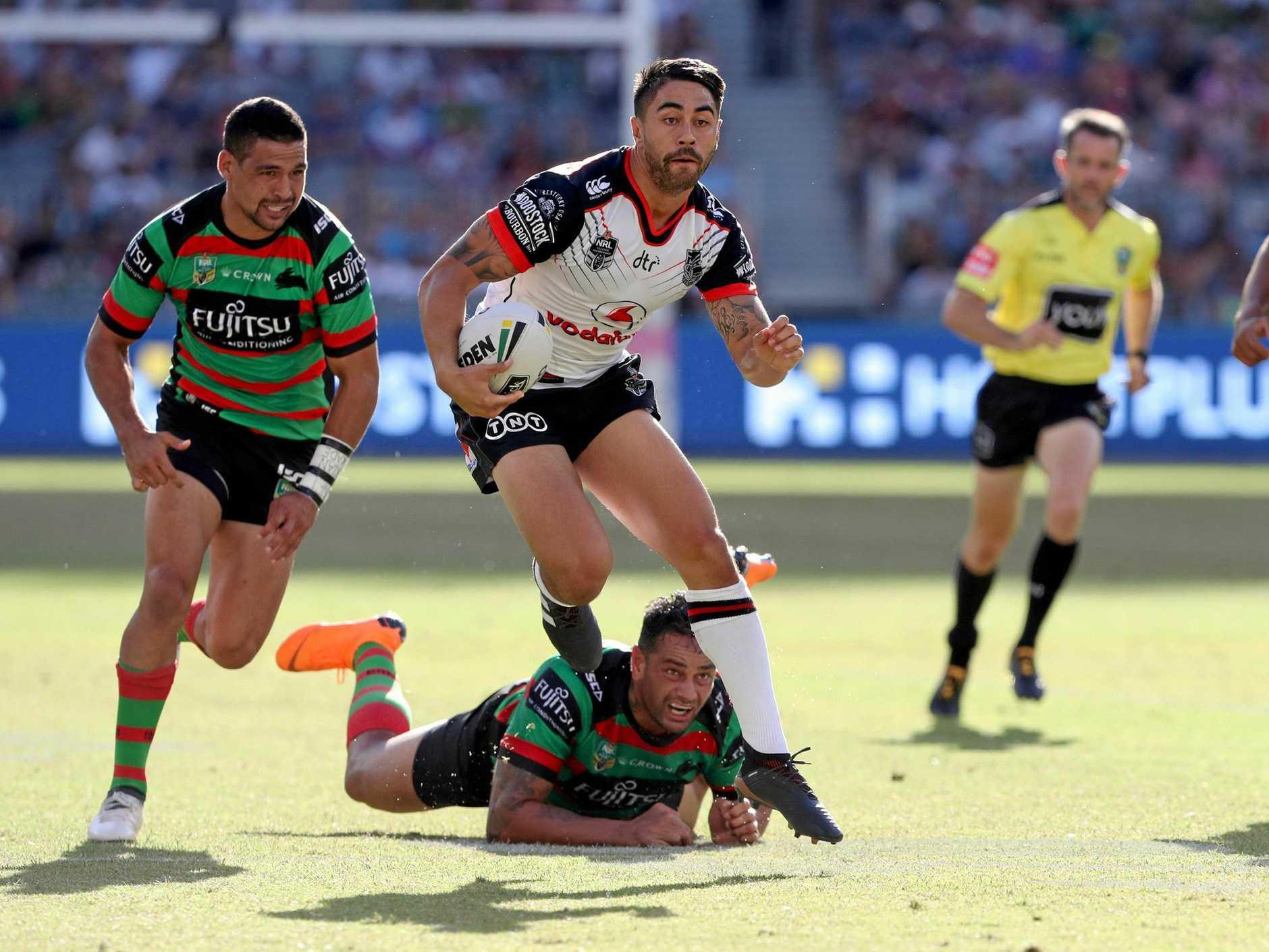 Shaun Johnson steps his way through the Rabbitohs defence.