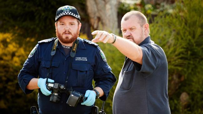 Morphett Vale resident Andrew Craigie talks to a police crime scene investigator about the brutal assault in Columba St. Picture: Matt Loxton/AAP