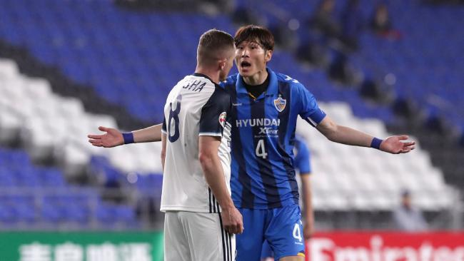 Besart Berisha of Melbourne Victory and Shin Hyung-min of Jeonbuk Hyundai Motors argue