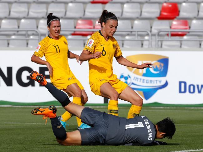 Chloe Logarzo fails to get past Thailand goalkeeper Waraporn Boonsing.