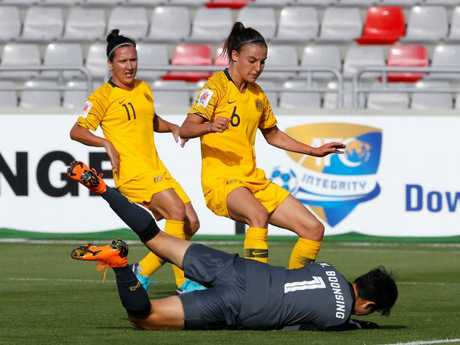 Chloe Logarzo fails to get past Thailand goalkeeper Waraporn Boonsing.