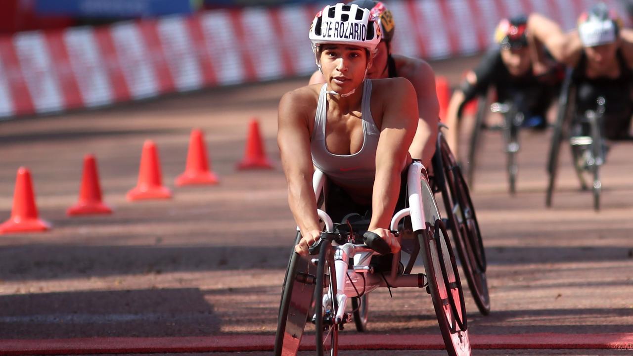 Australia's Madison de Rozario crosses the finish line to win the elite women's wheelchair race of the 2018 London Marathon in central London on April 22, 2018. / AFP PHOTO / Daniel LEAL-OLIVAS