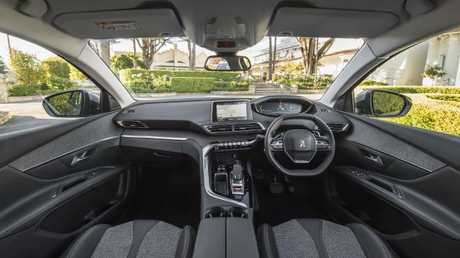 5008 cabin: Soft touches, stylish trimmings and sporty steering wheel.