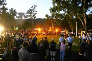 Crowds gather for Anzac Day dawn service in Cannonvale
