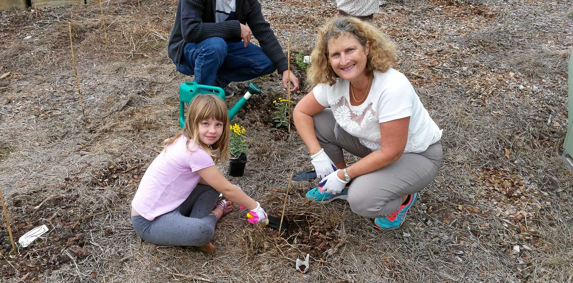 Luise Manning and her daughter Abbeny at last year's Trees for Mum Day organised by Springfield Lake Nature Care group.
