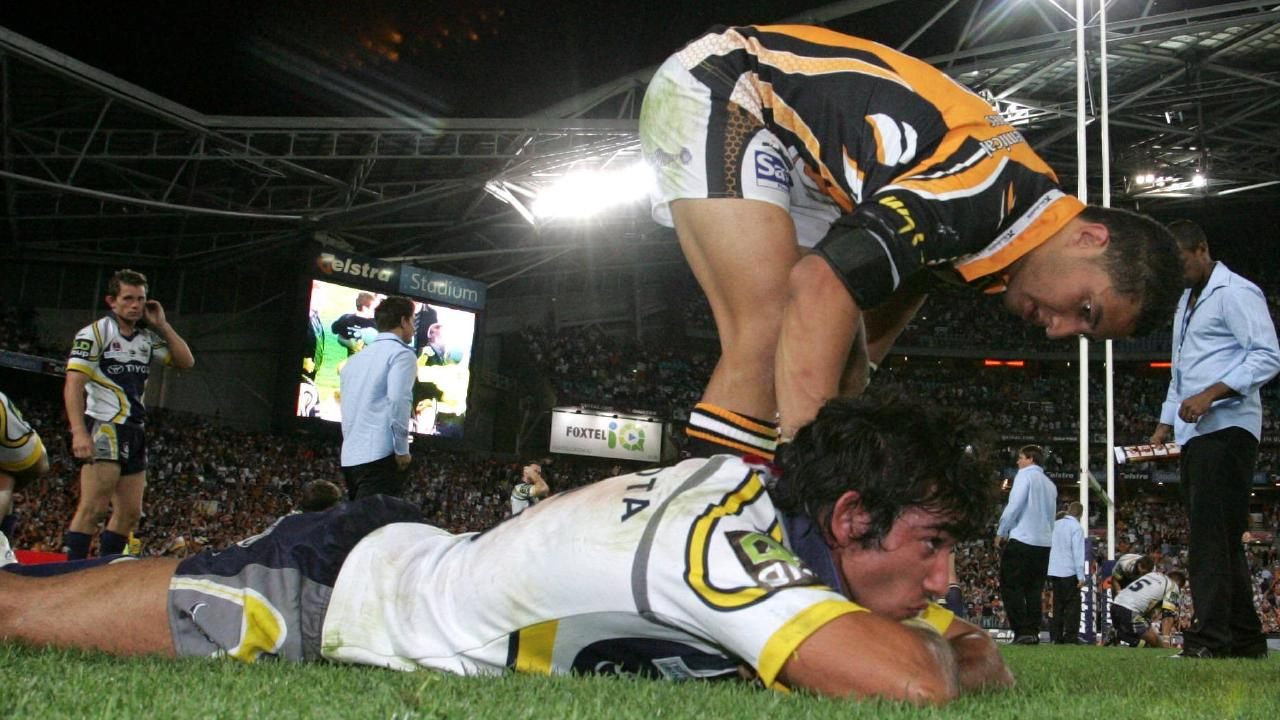 Benji Marshall consoles Johnathan Thurston after the 2005 NRL grand final.