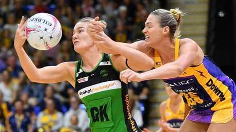 Caitlin Bassett puts some pressure on Courtney Bruce. (AAP Image/Darren England)