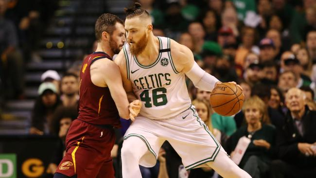 Aron Baynes looks to attack Kevin Love.