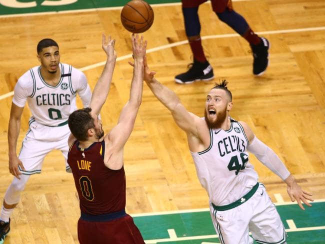 Aron Baynes attempts to block Kevin Love's shot.