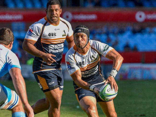 Christian Lealiifano looks for a support runner.