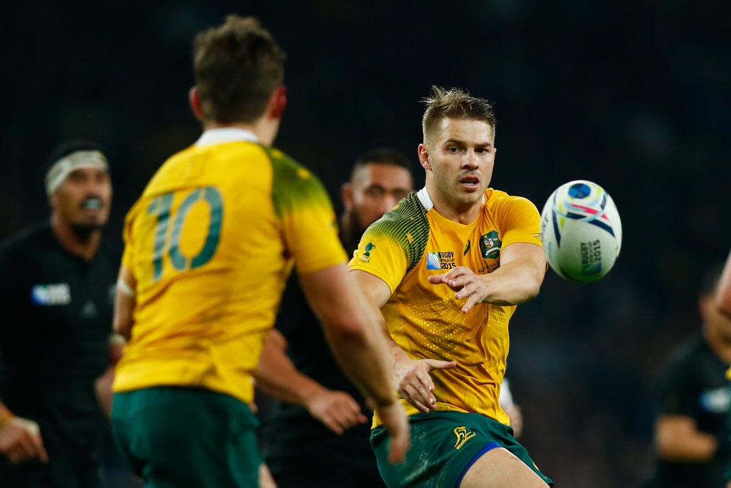 LONDON, ENGLAND - OCTOBER 31: Drew Mitchell of Australia passes to teammate Bernard Foley of Australia during the 2015 Rugby World Cup Final match between New Zealand and Australia at Twickenham Stadium on October 31, 2015 in London, United Kingdom. (Photo by Mike Hewitt/Getty Images)