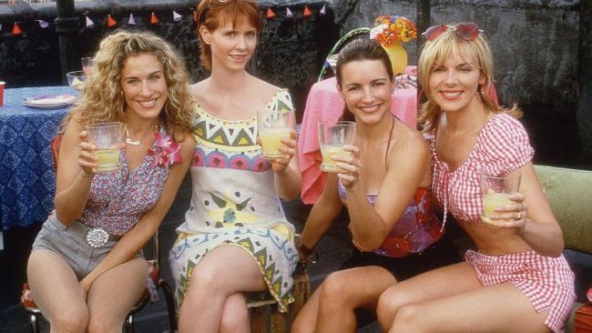 Sarah Jessica Parker, Cynthia Nixon, Kristin Davis and Kim Cattrall having drinks.