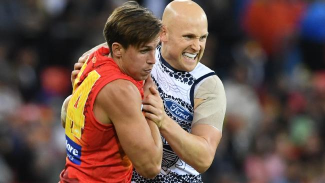 David Swallow wrestles with Gary Ablett.