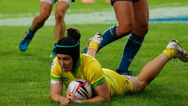 Australia's Emilee Cherry scores during the Paris Sevens tournament. (AFP PHOTO / GEOFFROY VAN DER HASSELT)
