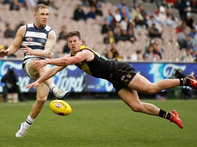 Joel Selwood has his kick smothered by Jack Higgins. Photo: Michael Willson/AFL Media/Getty Images