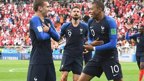 France's forward Kylian Mbappe celebrates his goal with Antoine Griezmann (L) and forward Olivier Giroud. / AFP PHOTO / Anne-Christine POUJOULAT /