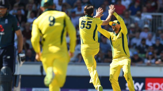 Australia's Kane Richardson (C) celebrates with Australia's Nathan Lyon (R) after taking the wicket of England's Liam Plunkett for a duck during the fifth One Day International (ODI) cricket match between England and Australia at Old Trafford cricket ground in Manchester, northwest England on June 24, 2018. / AFP PHOTO / OLI SCARFF / RESTRICTED TO EDITORIAL USE. NO ASSOCIATION WITH DIRECT COMPETI