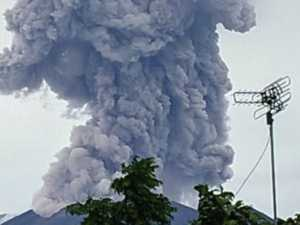 Holiday chaos as Mt Agung erupts