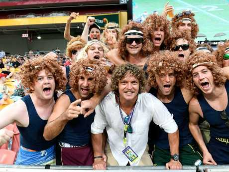 Former Australian Wallabies player Nick Cummins poses for a photo with a group of his fans during the 2018 Global Tens. Picture: Getty Images