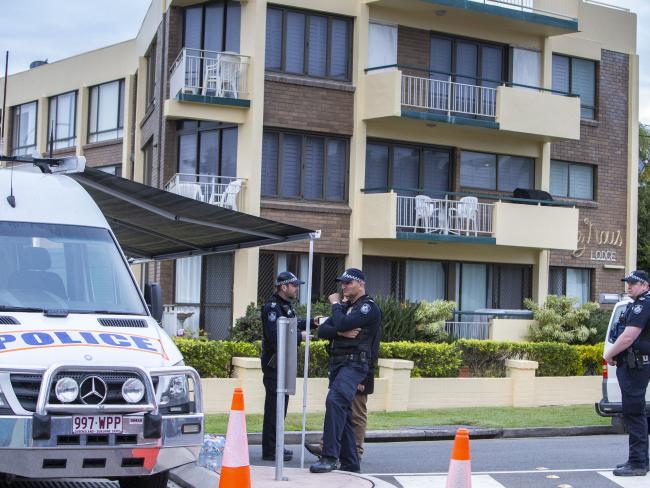 Police at the scene of a siege operation at Alexandra Headland on the Sunshine Coast. (AAP Image/Glenn Hunt)