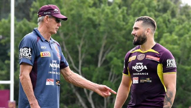 Wayne Bennett chats with Jack Bird at training. (AAP Image/Dave Hunt)