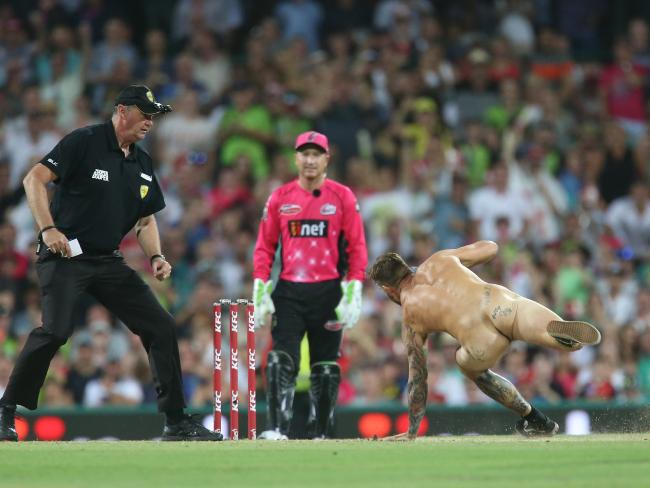 Mr Sharp making a dash for a stump. Picture: Getty Images