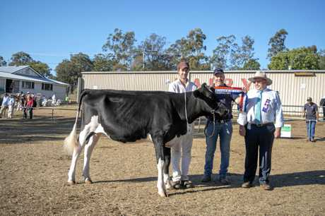 Supreme Champion junior heifer went to Ardylbar Classy Flora for the Barron family, pictured with handlerAndrew Cullen, sponsor Giles Gay of Elm Grove Ag Services and judge Mark.