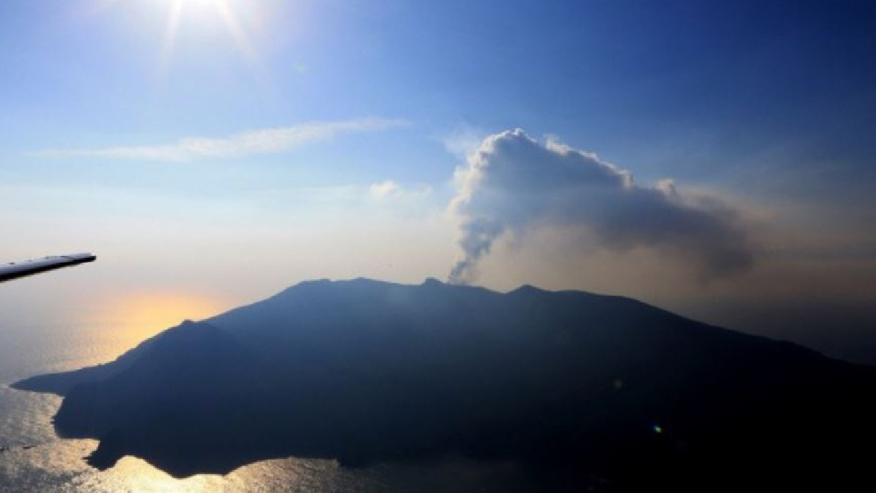 An aerial view taken on May 29, 2015 shows smoke rising from Mount Shindake on Kuchinoerabu island in the Kagoshima prefecture of Japan's southern island of Kyushu. The threat of a fresh eruption has residents preparing to evacuate the island. Picture: AFP
