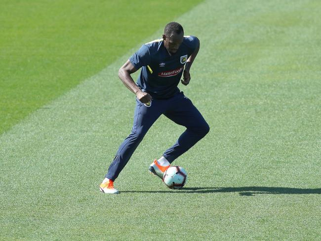 Usain Bolt favoured his left foot in his first run with the Mariners.