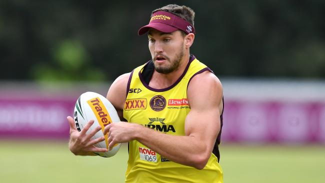 Brisbane Broncos player Corey Oates runs with the ball during a team training session ahead of Week 1 of the NRL Finals Series at Clive Berghofer Field in Brisbane, Thursday, September 6, 2018. The Brisbane Broncos face the St George-Illawarra Dragons in an Elimination Final at Suncorp Stadium on Sunday. (AAP Image/Darren England) NO ARCHIVING