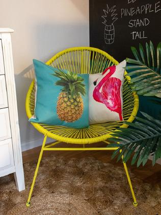 The bright shade ties in beautifully with the tropical theme.