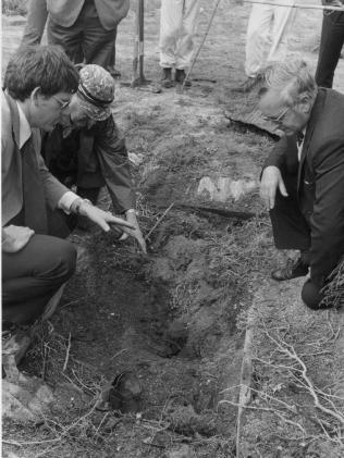Detectives at Ms Lamb's grave at Port Gawler.