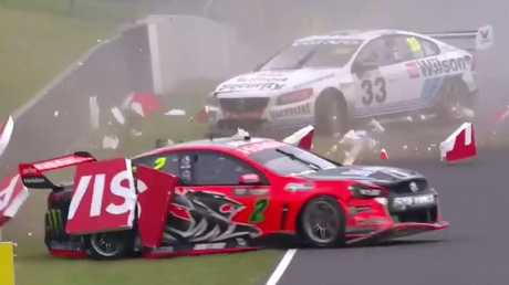 Garth Tander (front) and Scott McLaughlin come to grief on lap 151 on the Bathurst 1000 in 2016.