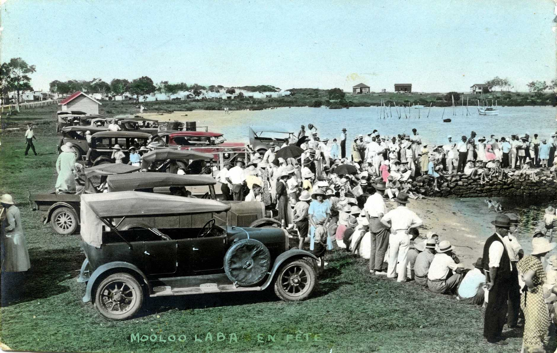 M867305 Crowds waiting on the Mooloolah River bank to welcome the Duke of Gloucester on his return for a trip along the River board Charles Clarke's motor launch 'Miss Bondoola', Mooloolaba, December 1934