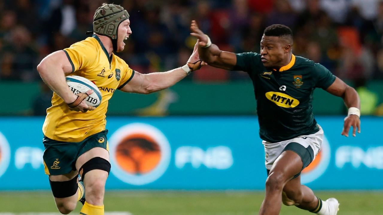 Australia's loose forward David Pocock (L) vies for the ball with South Africa's winger Aphiwe Dyantyi during the Rugby Championship match between South Africa and Australia at Nelson Mandela Bay Stadium in Port Elizabeth, South Africa, on September 29, 2018. (Photo by GIANLUIGI GUERCIA / AFP)