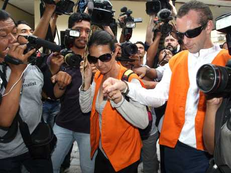 Sara Connor and then boyfriend David Taylor arrive at Denpasar District Court surrounded by media in November 2016. Picture: Lukman S. Bintoro